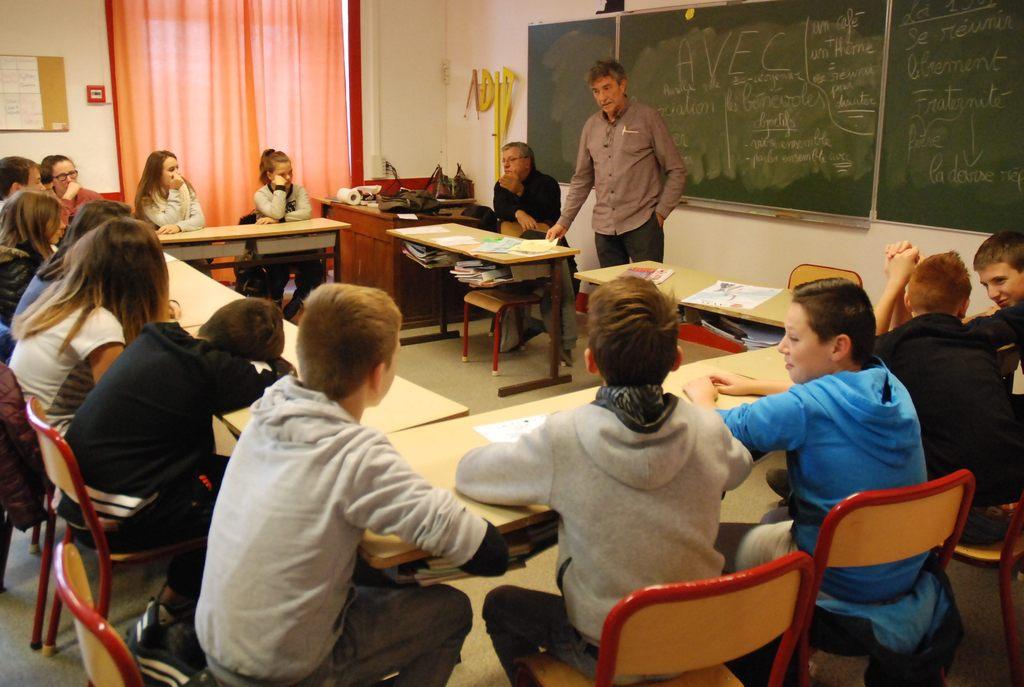 Les élèves du collège Notre-Dame des Miracles apprennant les enjeux du rôle de citoyen en compagnie de l'association AVEC (Aurillac ville eco-citoyenne).